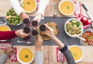 mesa cena con amigos